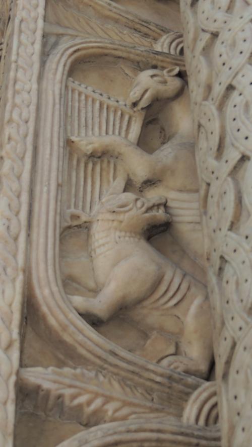 Cattedrale di San Lorenzo . Portale di San Gottardo -L'asino che suona l'arpa